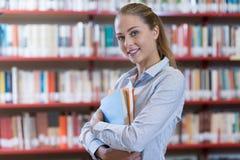 Estudiante confiado en la biblioteca Imágenes de archivo libres de regalías