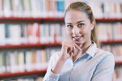 Estudiante confiado en la biblioteca Imagen de archivo