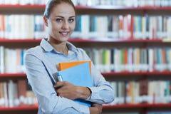 Estudiante confiado en la biblioteca Imagenes de archivo