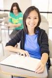 Estudiante confiado en la sala de clase Fotos de archivo