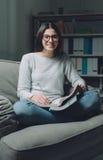Estudiante confiado que estudia tarde Fotos de archivo