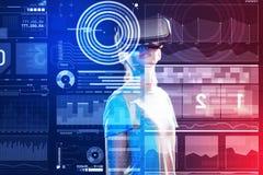 Estudiante confiado que lleva el dispositivo de la realidad virtual y que parece interesado Fotografía de archivo libre de regalías