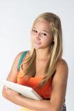 Estudiante confiado que sostiene su libro de estudio Fotografía de archivo libre de regalías