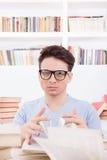 Estudiante confuso con los libros Fotografía de archivo