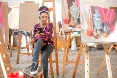 Estudiante creativo en el estudio de la pintura Foto de archivo libre de regalías