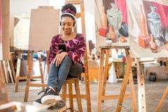 Estudiante creativo en el estudio de la pintura Imágenes de archivo libres de regalías