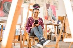 Estudiante creativo en el estudio de la pintura Imagenes de archivo