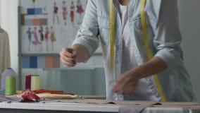 Estudiante de costura del curso que ata el modelo con los pernos, proceso creativo inspirado almacen de metraje de vídeo