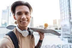 Estudiante de emisión que lleva a cabo al tablero en brazo Imagen de archivo libre de regalías