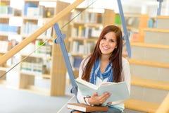 Estudiante de la biblioteca de la High School secundaria leído en las escaleras Fotografía de archivo