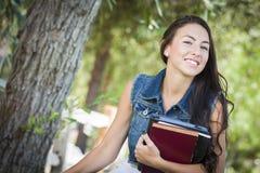 Estudiante de la chica joven de la raza mezclada con los libros de escuela Fotos de archivo