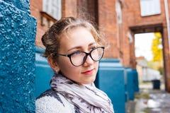 Estudiante de la chica joven que coloca el edificio cercano de la universidad Foto de archivo
