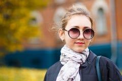 Estudiante de la chica joven que coloca el edificio cercano de la universidad Fotografía de archivo libre de regalías