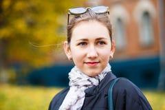 Estudiante de la chica joven que coloca el edificio cercano de la universidad Fotos de archivo libres de regalías
