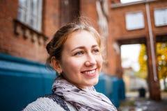 Estudiante de la chica joven que coloca el edificio cercano de la universidad Fotos de archivo