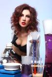 Estudiante de la ciencia en la experimentación atractiva de la ropa Fotografía de archivo libre de regalías