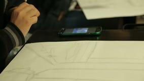Estudiante de la escuela de arte que hace el bosquejo con el lápiz, asignación de clase, círculo de dibujo metrajes