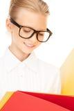 Estudiante de la escuela primaria con las carpetas Imagen de archivo