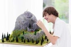 Estudiante de la escuela que trabaja en proyecto de edificio modelo Foto de archivo libre de regalías