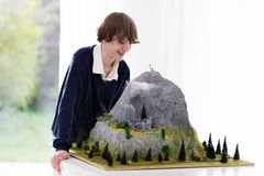 Estudiante de la escuela que trabaja en proyecto de edificio modelo Fotos de archivo