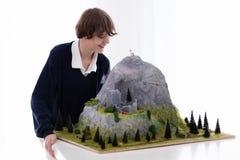 Estudiante de la escuela que trabaja en proyecto de edificio modelo Fotos de archivo libres de regalías