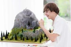 Estudiante de la escuela que trabaja en proyecto de edificio modelo Fotografía de archivo