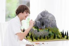 Estudiante de la escuela que trabaja en proyecto de edificio modelo Imagen de archivo