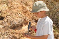 Estudiante de la geología del muchacho Imagen de archivo libre de regalías