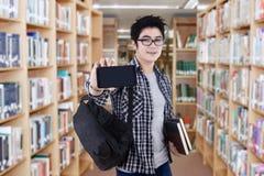 Estudiante de la High School secundaria que muestra el teléfono móvil Imágenes de archivo libres de regalías
