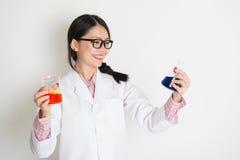 Estudiante de la microbiología que hace la prueba de muestra líquida Imagen de archivo