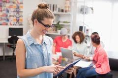 Estudiante de la moda que usa la PC de la tableta Fotografía de archivo libre de regalías