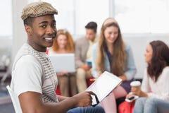 Estudiante de la moda que usa la PC de la tableta Fotografía de archivo
