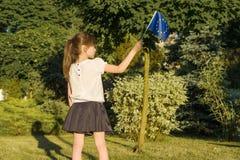Estudiante de la niña que sostiene la bandera de unión europea, en el parque, parte posterior imagen de archivo