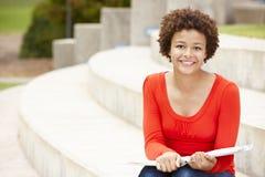 Estudiante de la raza mixta que trabaja al aire libre Fotos de archivo