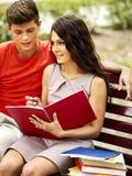 Estudiante de los pares con el cuaderno al aire libre. Fotos de archivo libres de regalías