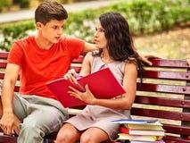 Estudiante de los pares con el cuaderno al aire libre Foto de archivo