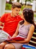 Estudiante de los pares con el cuaderno al aire libre Fotos de archivo