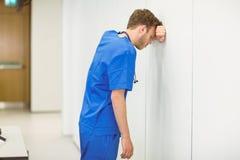 Estudiante de medicina joven que siente la presión Fotografía de archivo libre de regalías