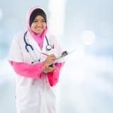 Estudiante de medicina musulmán asiático suroriental. Fotos de archivo
