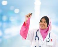Estudiante de medicina musulmán asiático suroriental Foto de archivo libre de regalías