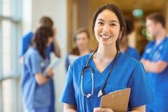 Estudiante de medicina que sonríe en la cámara Imagen de archivo