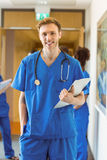 Estudiante de medicina que sonríe en la cámara Imagenes de archivo