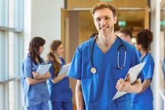 Estudiante de medicina que sonríe en la cámara Imagen de archivo libre de regalías