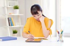 Estudiante de mujer asiático aburrido con PC de la tableta en casa Imagen de archivo libre de regalías