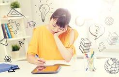 Estudiante de mujer asiático aburrido con PC de la tableta en casa Imágenes de archivo libres de regalías