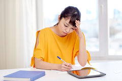 Estudiante de mujer asiático cansado con PC de la tableta en casa Fotografía de archivo libre de regalías