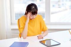 Estudiante de mujer asiático cansado con PC de la tableta en casa Fotos de archivo