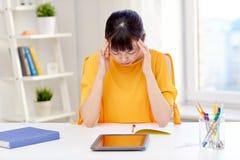 Estudiante de mujer asiático cansado con PC de la tableta en casa Fotos de archivo libres de regalías