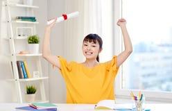 Estudiante de mujer asiático feliz con el diploma en casa Fotografía de archivo