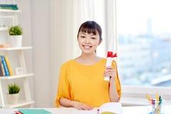 Estudiante de mujer asiático feliz con el diploma en casa Fotos de archivo